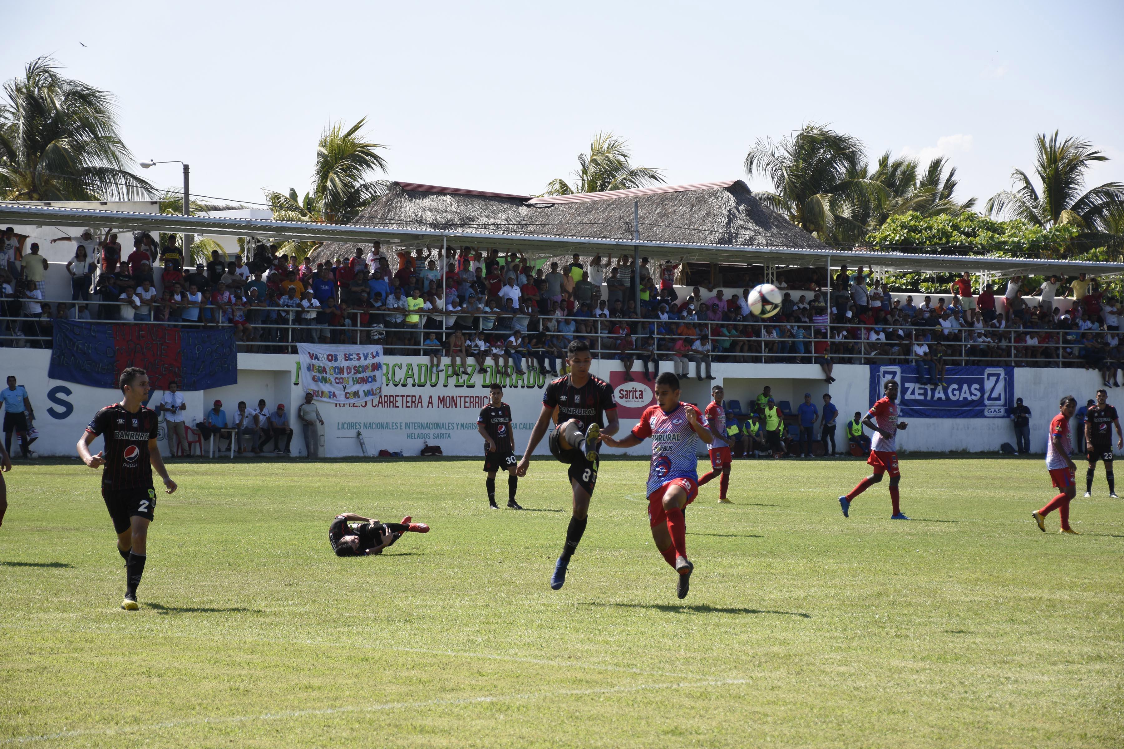 Acción durante el partido entre Iztapa y Municipal. (Foto Prensa Libre: Carlos Paredes)