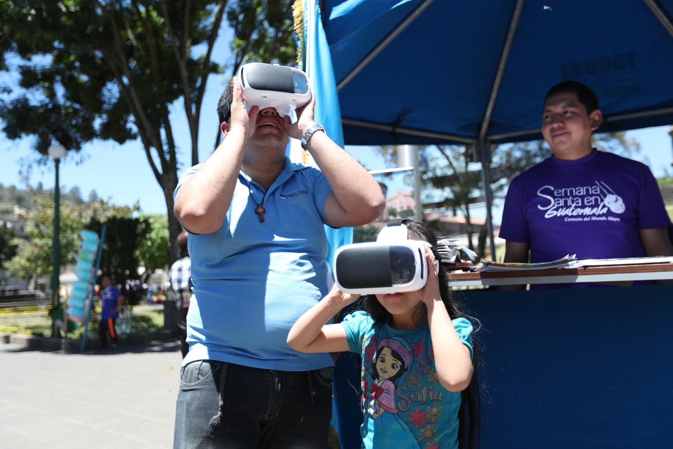 Familias quetzatecas se acercaron al quiosco para obtener información y realizar una visita virtual a lugares como Tikal. (Foto Prensa Libre: María Longo)