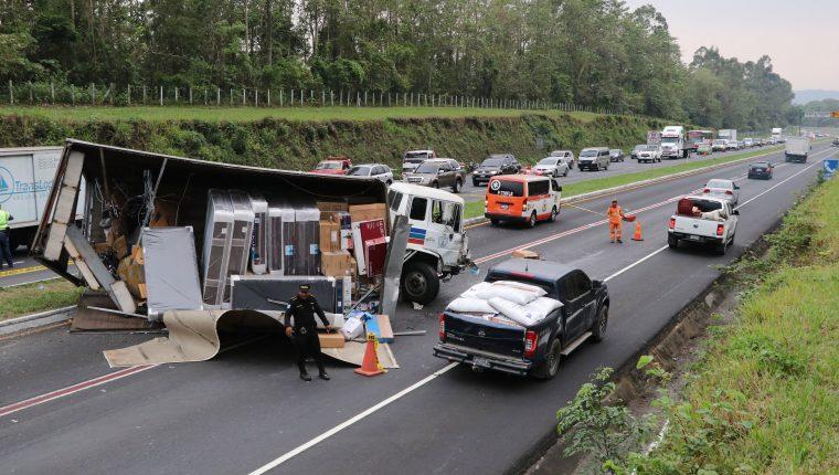 Lugar del accidente donde murió un hombre y una mujer en el kilómetro 50 de la autopista Palín-Escuintla. (Foto Prensa Libre: Enrique Paredes).