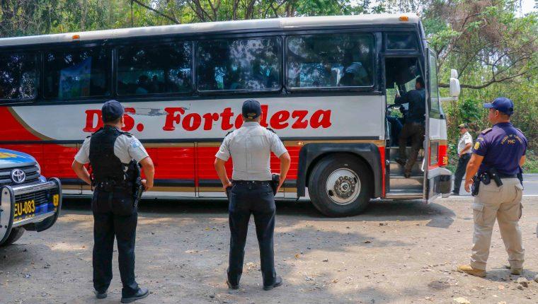 Agentes de la PNC hacen verificación de cobros excesivos de pasaje y revisión de pasajeros para detectar armas ilegales. (Foto Prensa Libre: Rolando Miranda).
