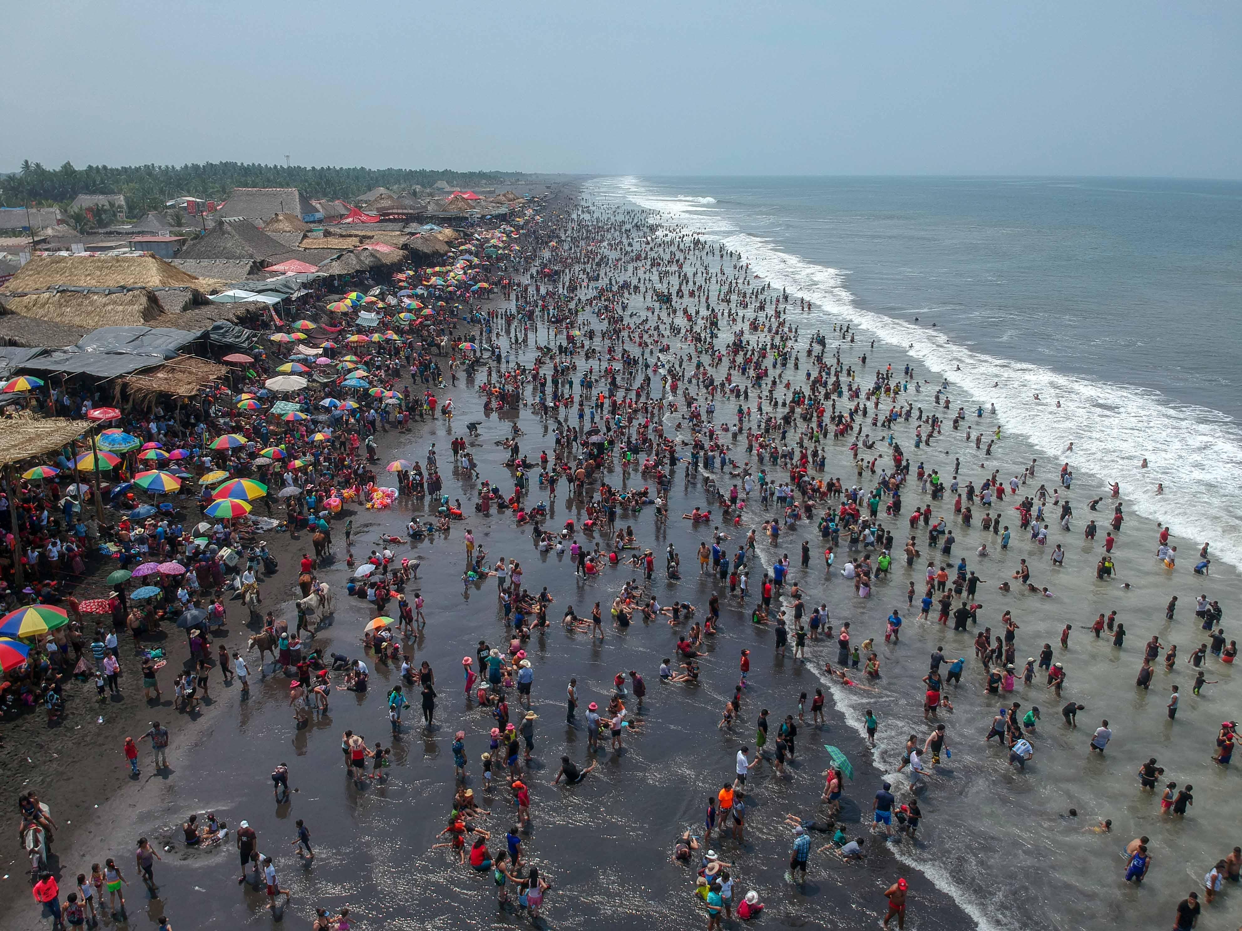 Miles de personas visitaron las playas del país, como la de Champerico, Retalhuleu. Las autoridades reportan al menos seis personas ahogadas. (Foto Prensa Libre: Rolando Miranda)