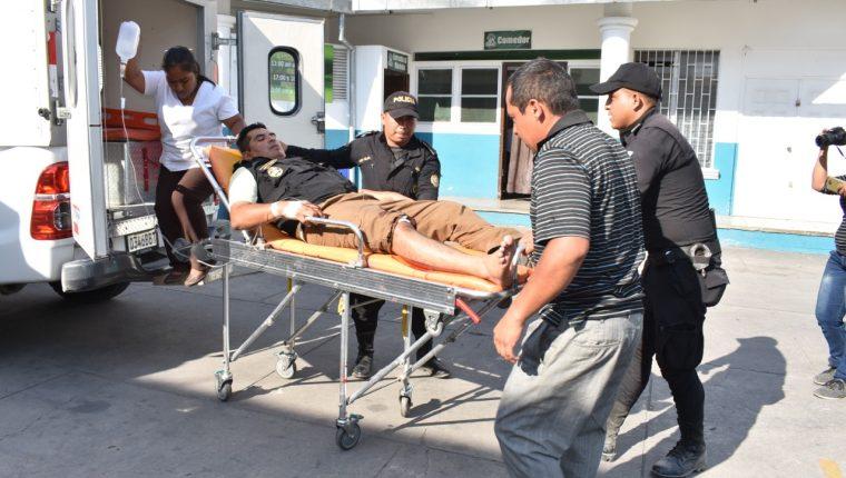 Marvin Rolando Valiente Génesis, de 33 años, subinspector de la PNC fue trasladado al Seguro Social de Zacapa. (Foto Prensa Libre: Mario Morales)