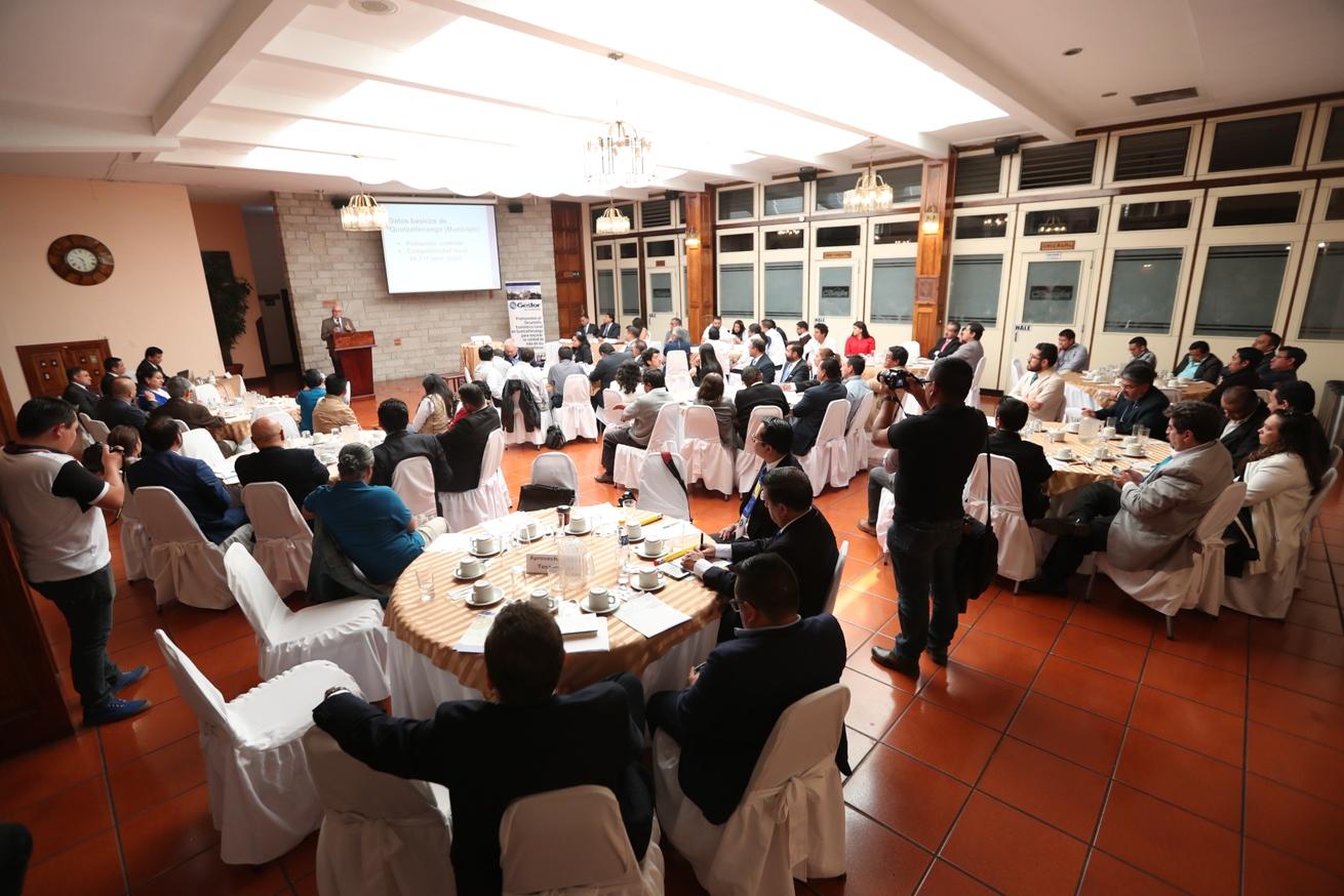 Roberto Gutiérrez, presidente de la Red Nacional de Grupos Gestores, expuso sobre las perspectivas del desarrollo local y la competitividad en Quetzaltenango.  (Foto Prensa Libre: María Longo)