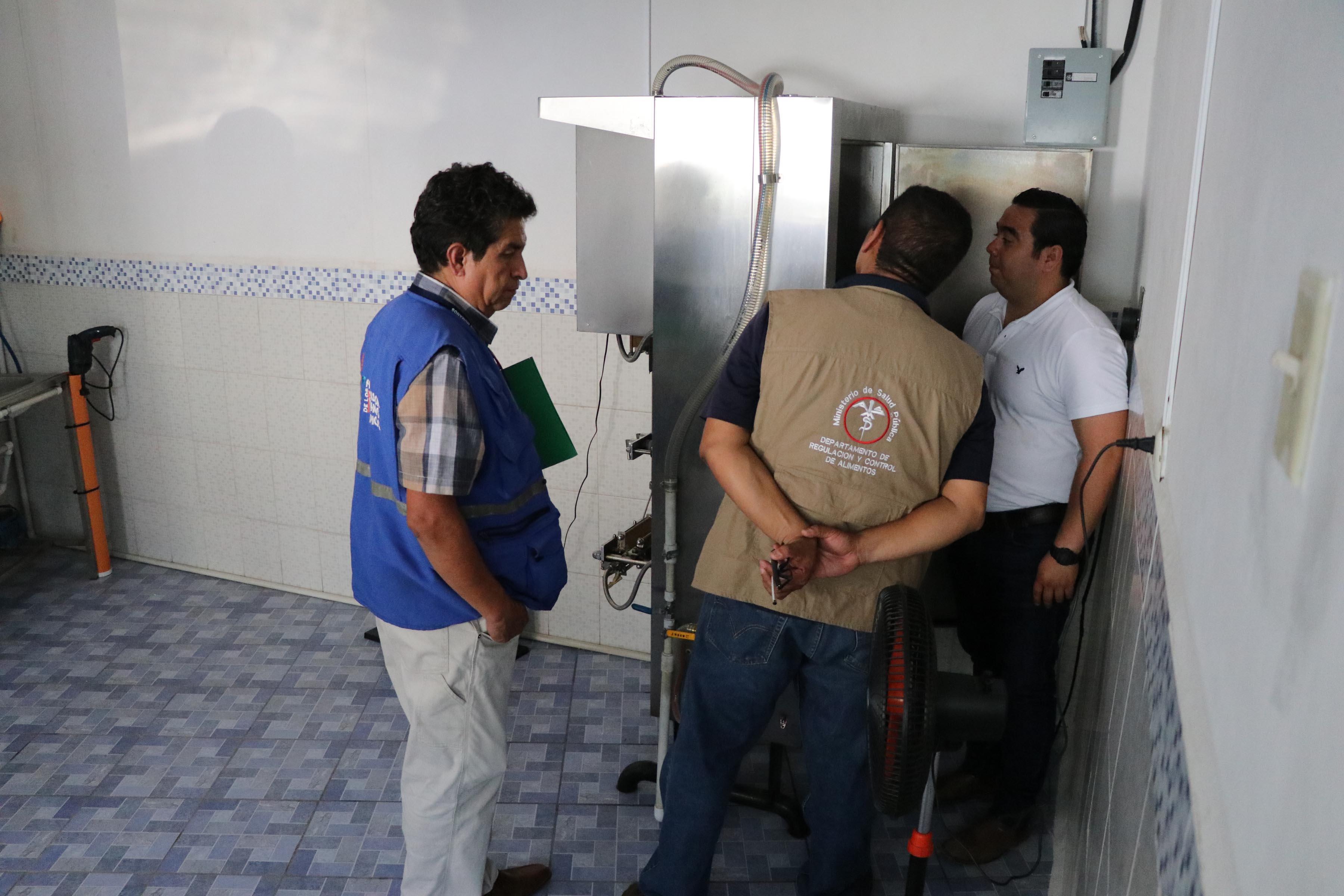 Comitiva efectúa supervisión de equipo y licencias en empresas que venden agua envasada en Escuintla. (Foto Prensa Libre: Enrique Paredes).