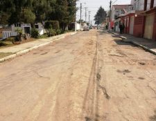 Vecinos señalan que la suspención de los trabajos de reparación les complican acceder a la Colonia. (Foto Prensa Libre: María Longo)