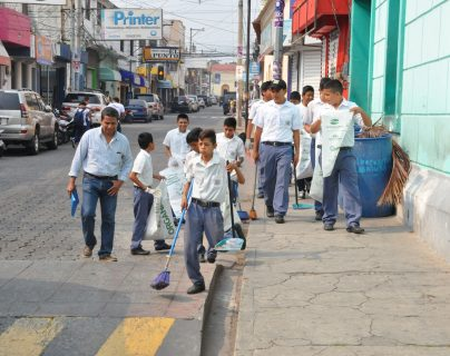 Grupo de estudiantes recoge basura en una de las calles de la ciudad de Chiquimula. (Foto Prensa Libre: Mario Morales).