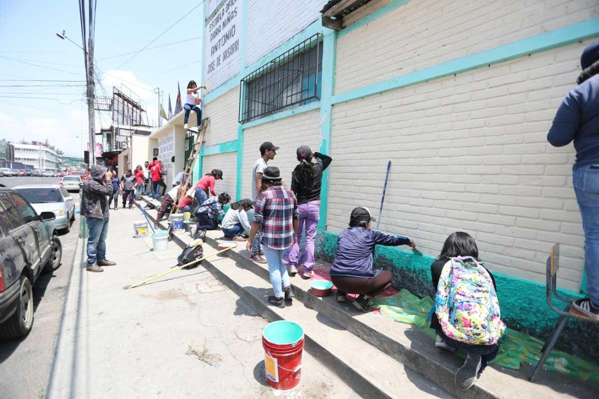 Universitarios donan su tiempo y recursos económicos para remozar escuela de niñas