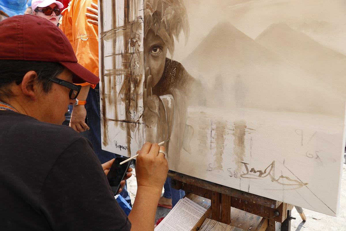 Jorge Armando Morales, titula su obra Proporción Divina en el certamen de pintura que se lleva  acabo en Antigua Guatemala. (Foto Prensa Libre: Julio Sicán)