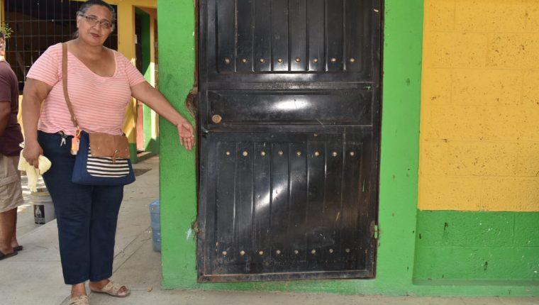 Maestros muestran varias puertas que fueron forzadas por los ladrones, mientras continúan recuento para determinar qué y cuánto robaron. (Foto Prensa Libre: Mario Morales)