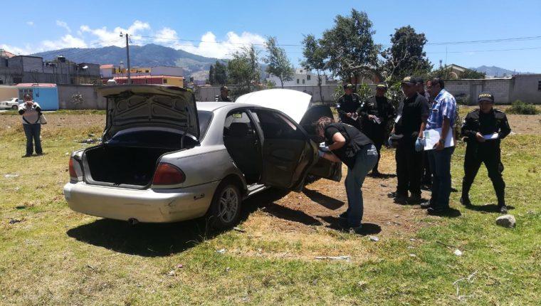 Investigadores del MP recolectaron evidencias en el vehículo que había sido hurtado. (Foto Prensa Libre María Longo)