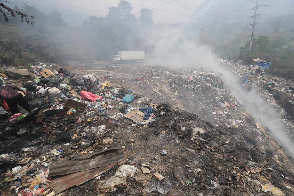 Zunil lanza  todos los días la basura que recolecta en un barranco en el kilómetro 207 ruta de Quetzatenango a Retalhuleu. (Foto Prensa Libre: Mynor Toc)