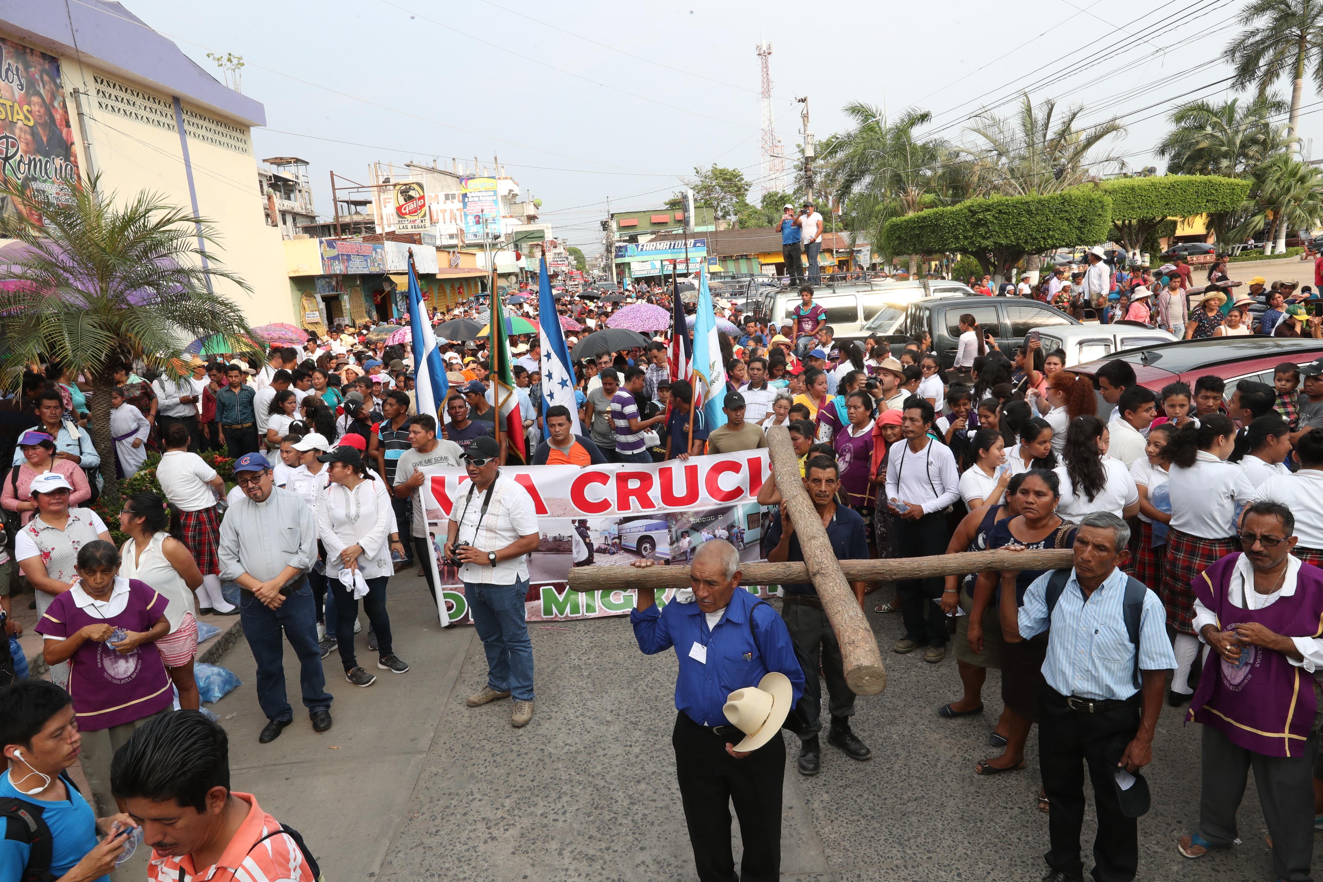 Cientos de personas participan en el Viacrucis del Migrante. (Foto Prensa Libre: Mynor Toc)