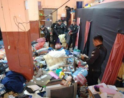 Agentes de la Policía Nacional Civil durante requisa en cárcel encuentran cocaína y celulares. (Foto Prensa Libre)