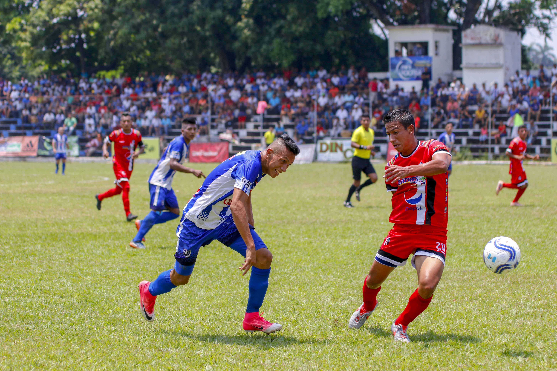 El volante de Quiché David Aroche fue registrado en la nómina del partido contra el Deportivo Reu con el dorsal 77 e ingresó de cambio con el 20, y bajo el nombre Ademir Alvarado (Foto Prensa Libre: Rolando Miranda)
