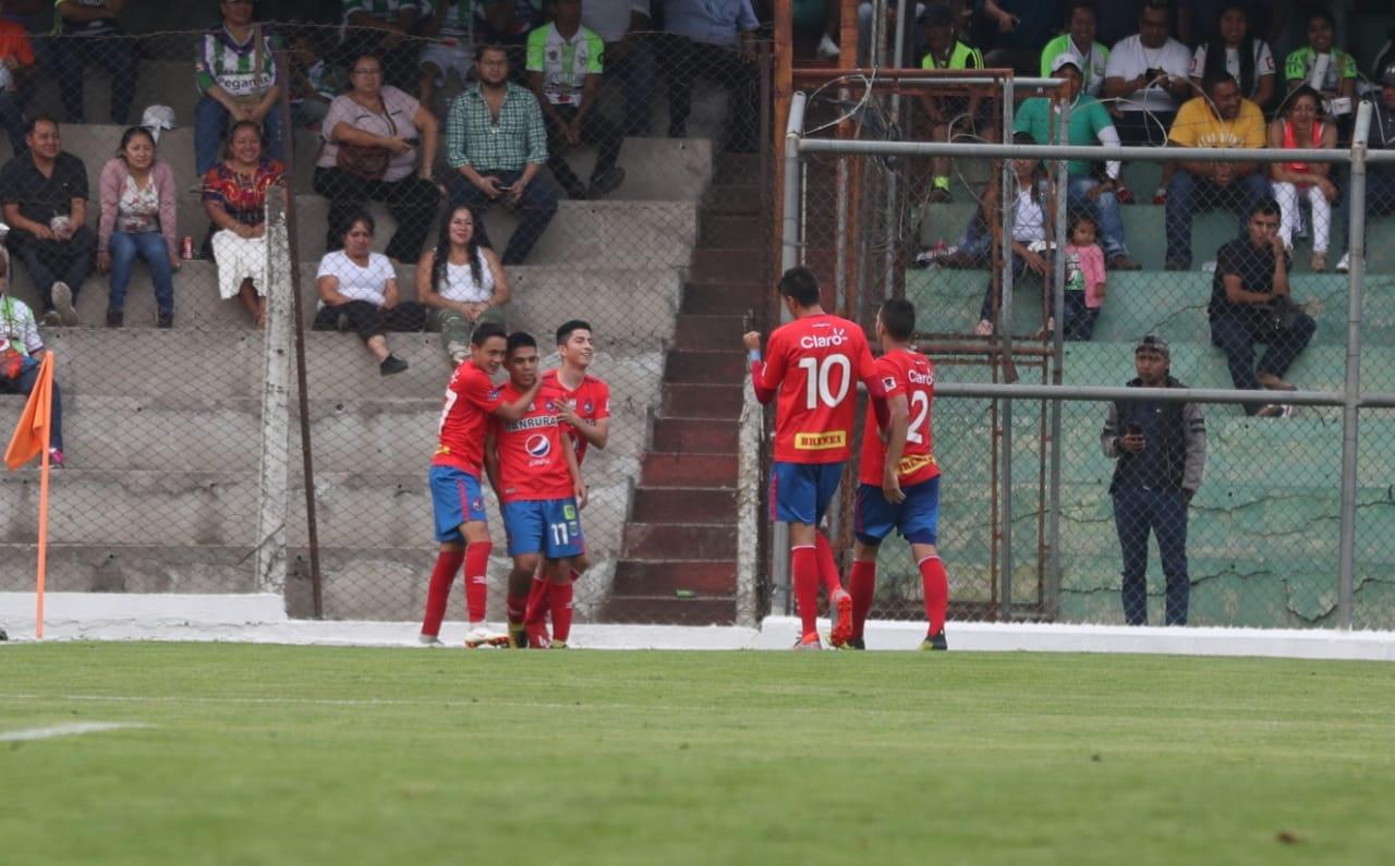 Así festejaron los jugadores de Municipal, en el Pensativo. (Foto Prensa Libre: Carlos Vicente)