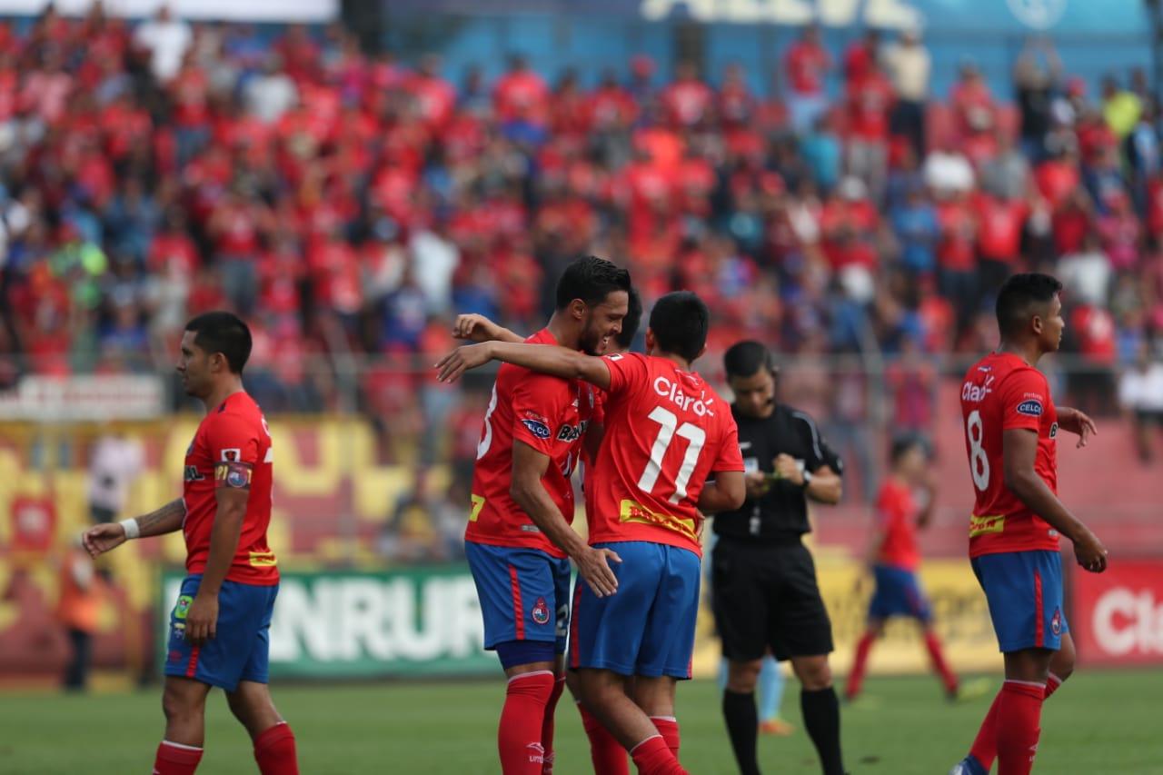 Luis Landín (izquierda) Felicita a Méndez, quien suma 7 goles con su doblete contra Sanarate. (Foto Prensa Libre: Francisco Sánchez)