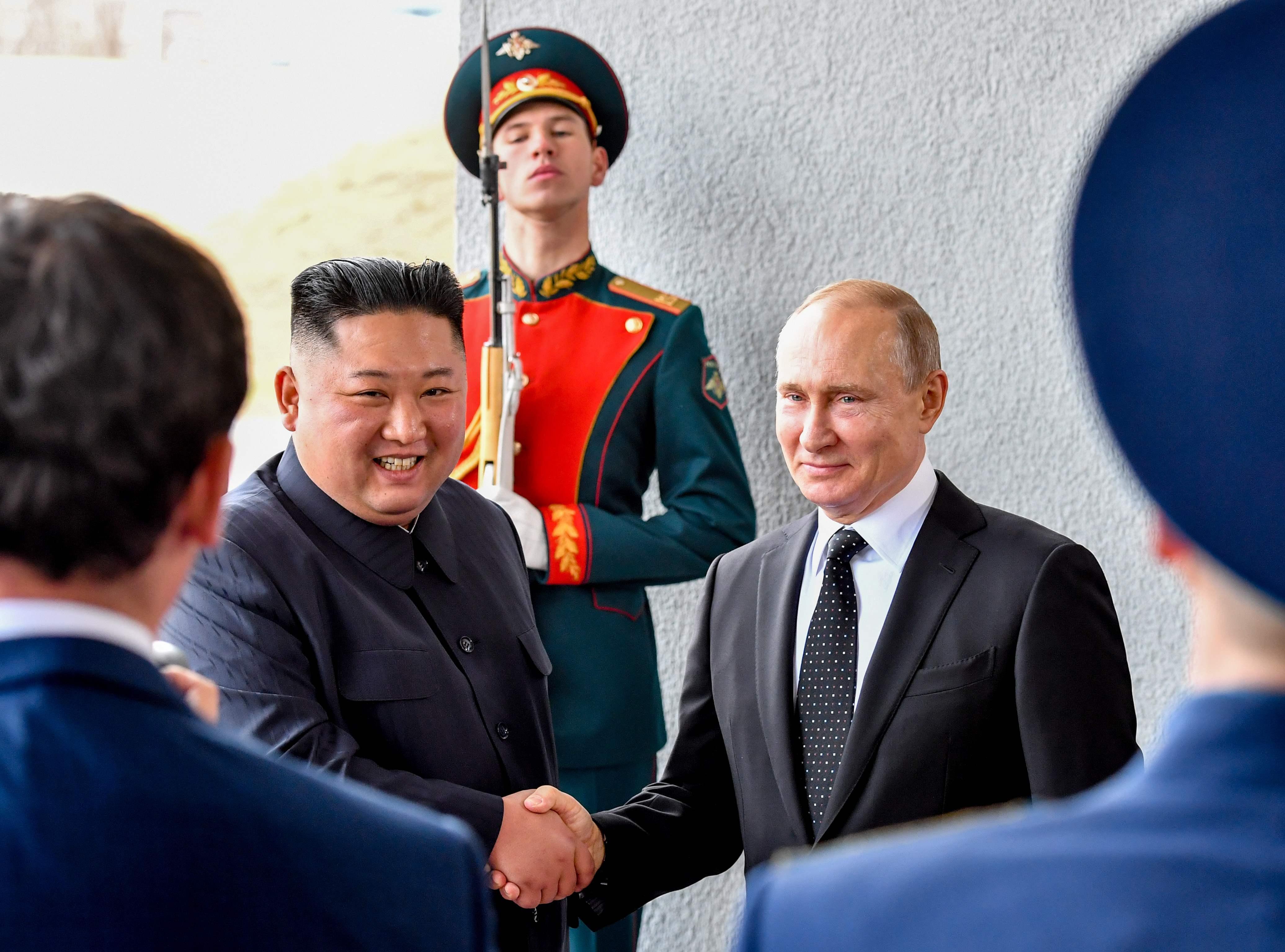 Histórico apretón de manos entre el líder norcoreano y el presidente ruso. (Foto Prensa Libre: AFP)