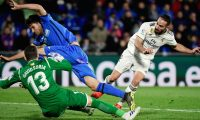 Real Madrid's Spanish defender Dani Carvajal (R) vies with Getafe's Spanish defender Bruno Gonzalez (C) and Getafe's Spanish goalkeeper David Soria during the Spanish league football match between Getafe CF and Real Madrid CF at the Col. Alfonso Perez stadium in Getafe on April 25, 2019. (Photo by JAVIER SORIANO / AFP)