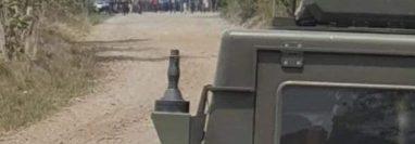 Pobladores de la comunidad Nuevo Cojolá, en Retalhuleu, impiden al Ejército que continúe el rastreo de droga que presuntamente transportó una avioneta que fue localizada. (Foto Prensa Libre: Cortesía)