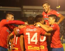Los jugadores de Municipal celebran después de la anotación de John Méndez. (Foto Prensa Libre: Jeniffer Gómez)