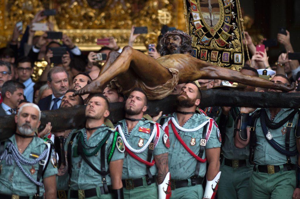 """Miembros de la Legión Española llevan una estatua que representa """"El Cristo de la Buena Muerte"""" a la Iglesia de Santo Domingo de Guzmán durante la procesión de la Semana Santa del """"Cristo de Mena"""" en Málaga, España. Foto Prensa Libre: AFP"""