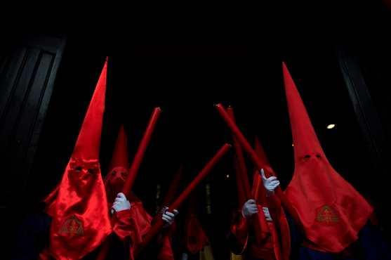 """Los penitentes participan en la procesión de Pascua de la hermandad del """"Cristo de los Gitanos"""" en Granada, España. Foto Prensa Libre: AFP"""