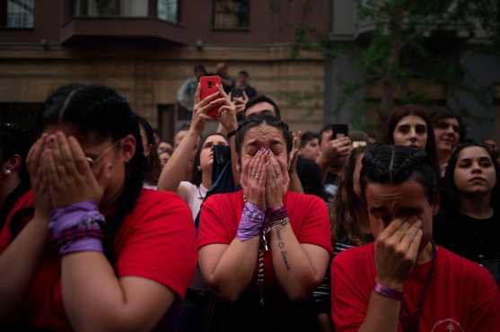 Devotos lloran durante la procesión del Cristo de los Gitanos en España. Foto Prensa Libre: AFP