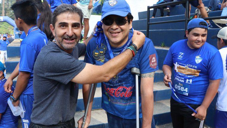 Fabricio Benítez se tomó una foto con el homenajeado Obdulio 'Lulo' Sierra después de la carrera de los Príncipes Azules. (Foto Prensa Libre: Eduardo Sam Chun)