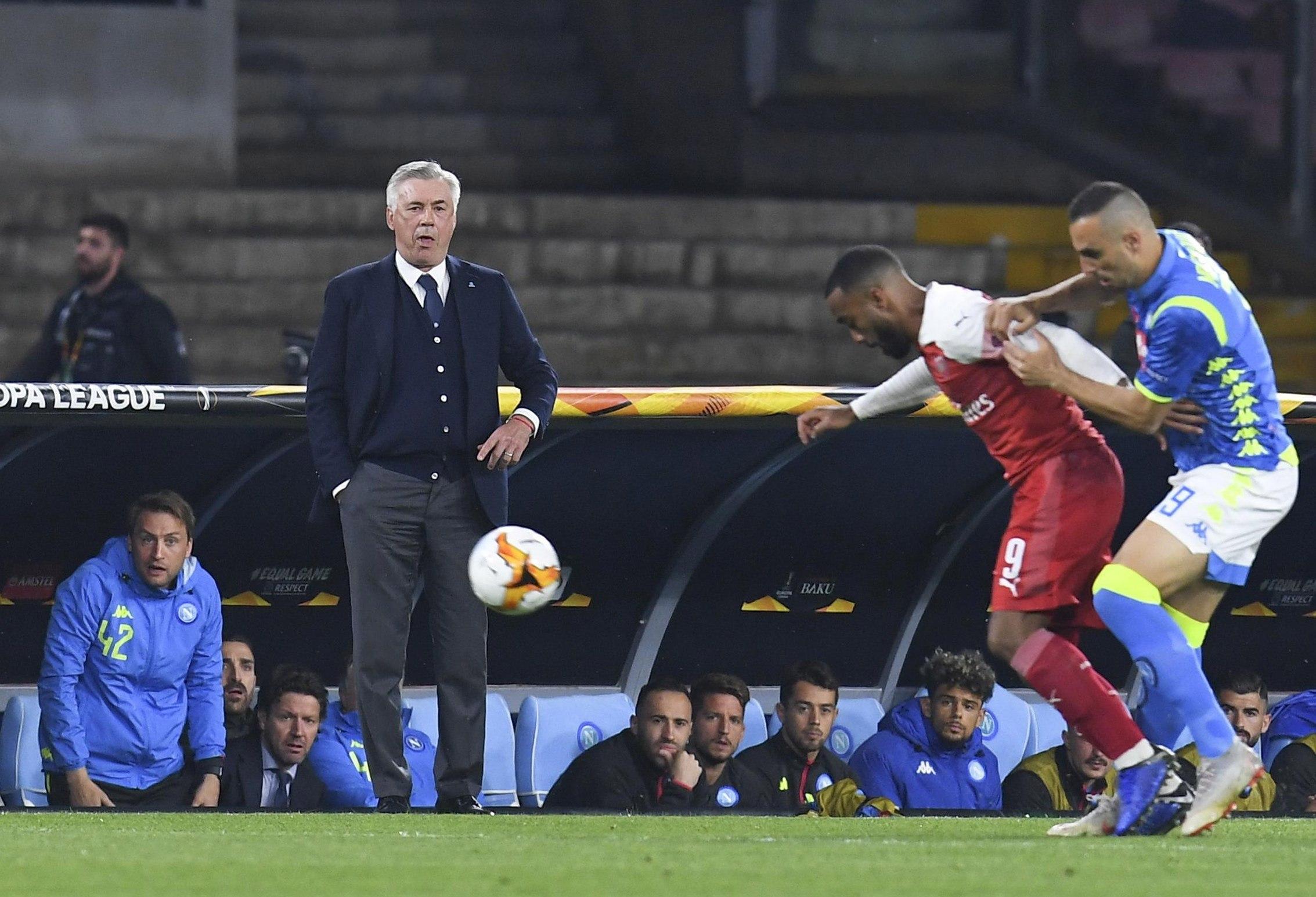El técnico del Nápoli, Carlo Ancelotti, vivió de manera intensa  este jueves, los cuartos de final de la Liga Europea UEFA. (Foto Prensa Libre: EFE).