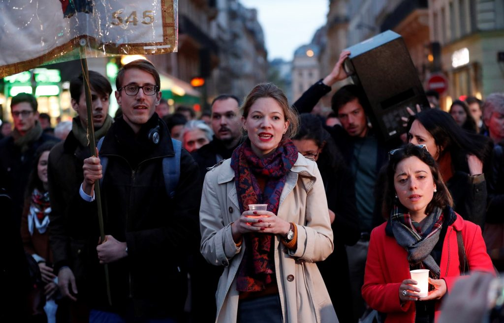 Varias personas marcharon en tributo a la Catedral de Notre Dame. Foto Prensa Libre: EFE