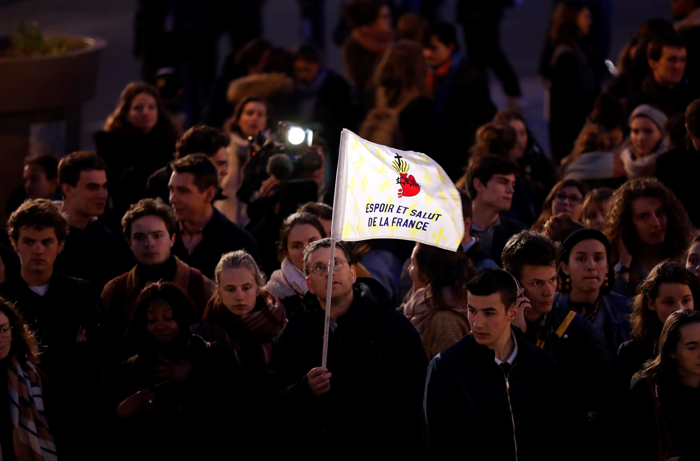 Los franceses han mostrado su tristeza en las calles. Foto Prensa libre: EFE