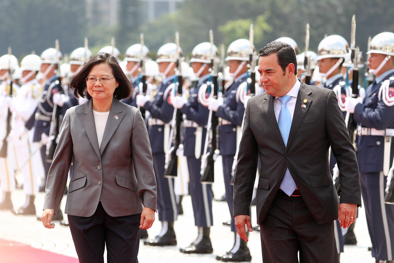 La presidenta de Taiwán, Tsai Ing-wen, y el mandatario guatemalteco Jimmy Morales en la Plaza de la Libertad, en ese país asiático. (Foto Prensa Libre: AFP)