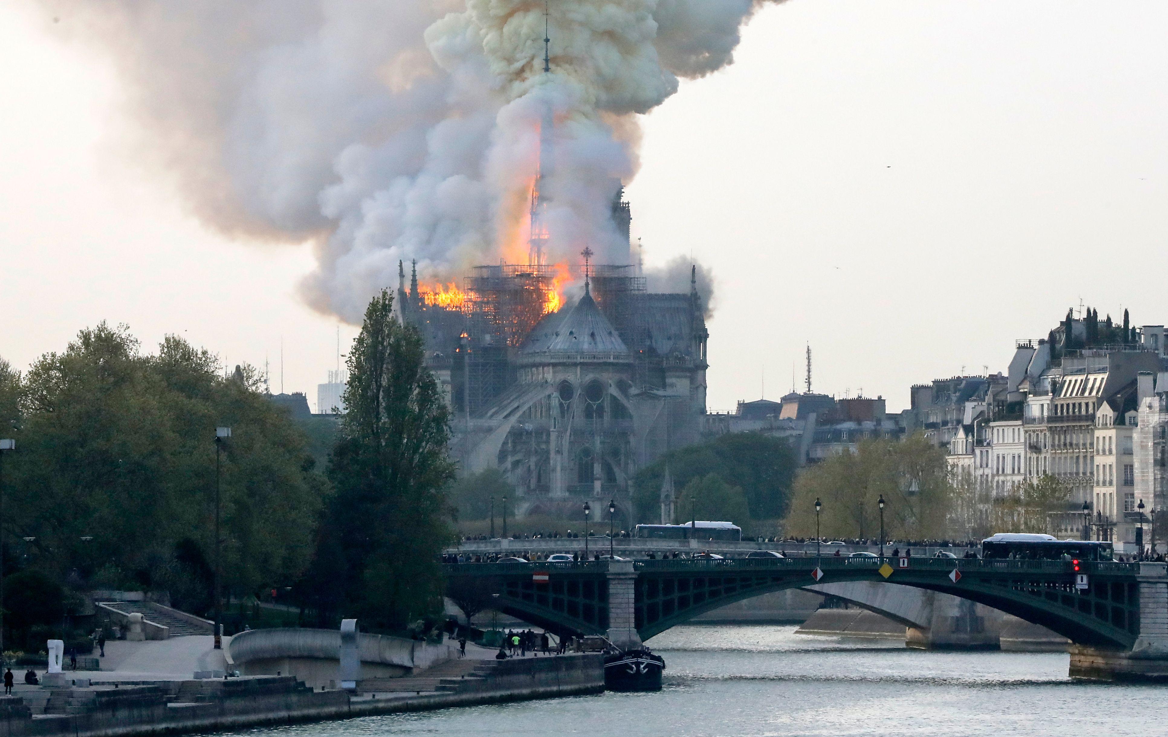 La policía ha acordonado la zona y está desalojando a los numerosos turistas que se encontraban dentro de la catedral. Foto Prensa Libre: AFP