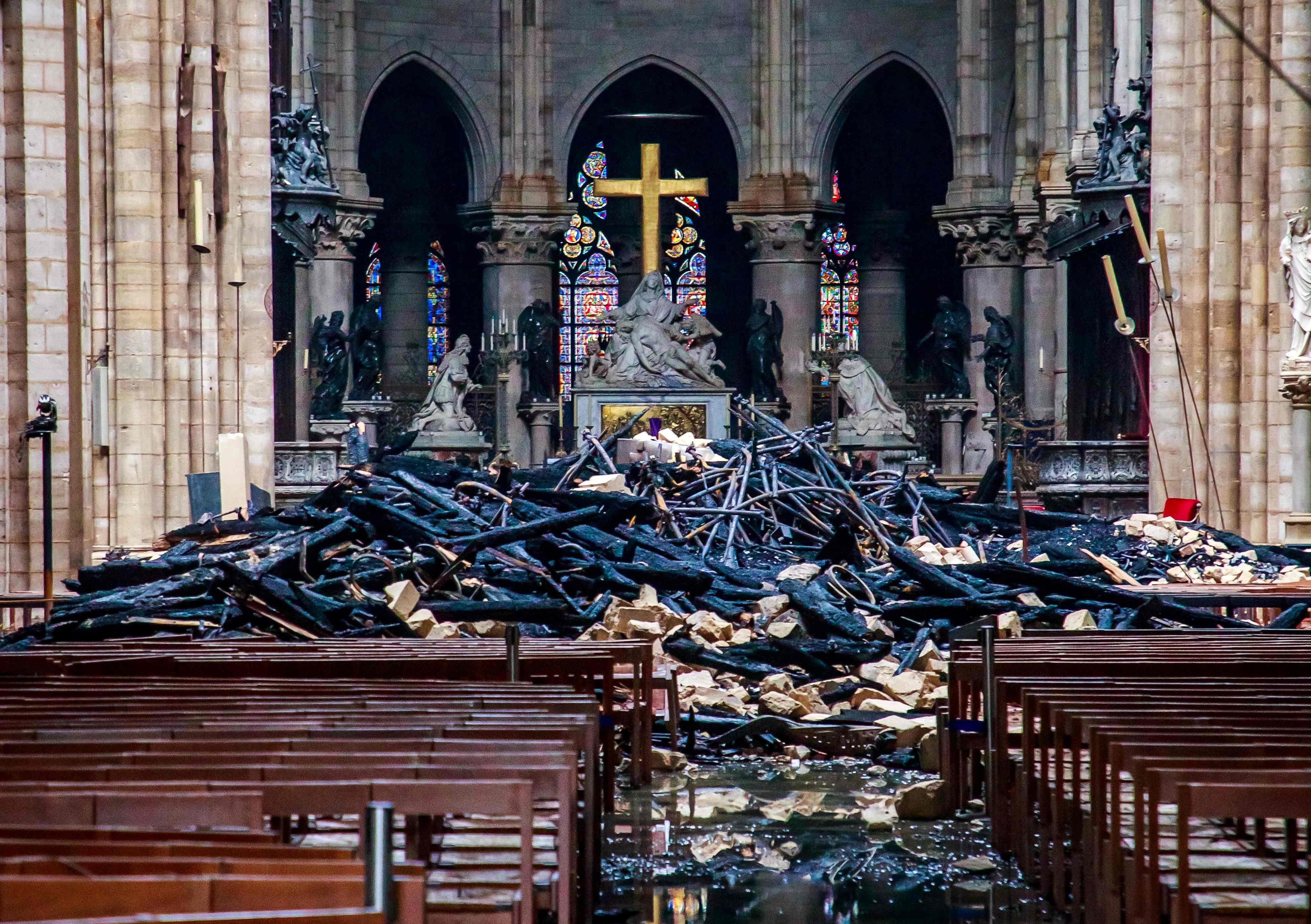 Una vista general muestra los escombros dentro de la catedral en Francia. Foto Prensa Libre: AFP
