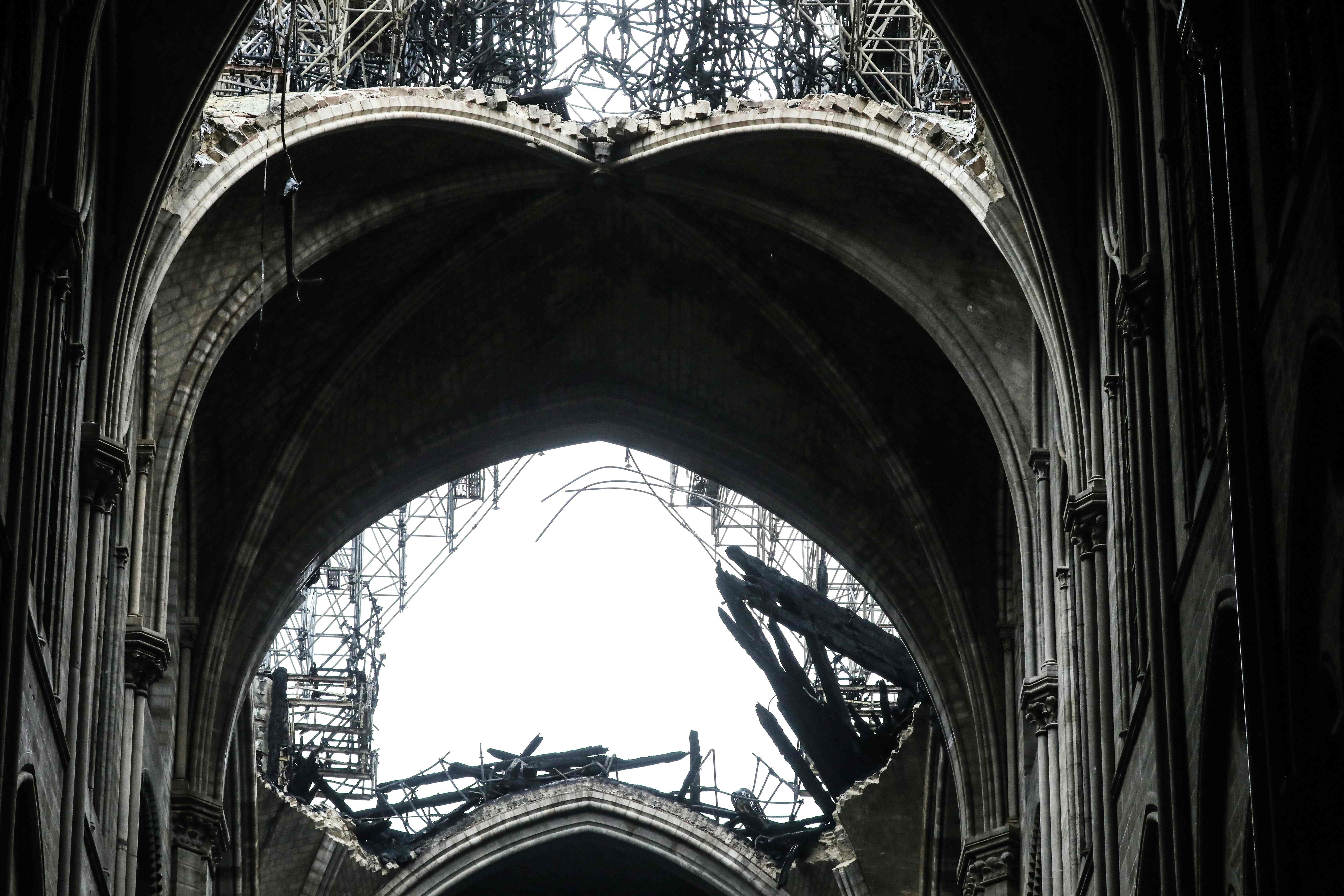La imagen muestra la bóveda parcialmente colapsada sobre la nave de la catedral. Foto Prensa Libre: AFP