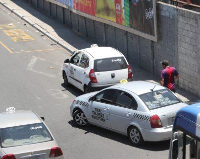 Tres taxis pasan en el crucero del bulevar El Naranjo y continúan el recorrido a las zonas 1 y 7 de la capital. (Foto Prensa Libre: Erick Ávila)