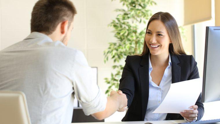 Según los reclutadores, la puntualidad del entrevistado es uno de los factores más importantes a tomar en cuenta al momento de ofrecer una plaza. Recomiendan llegar 15 minutos antes del horario acordado. (Foto Prensa Libre: Servicios)