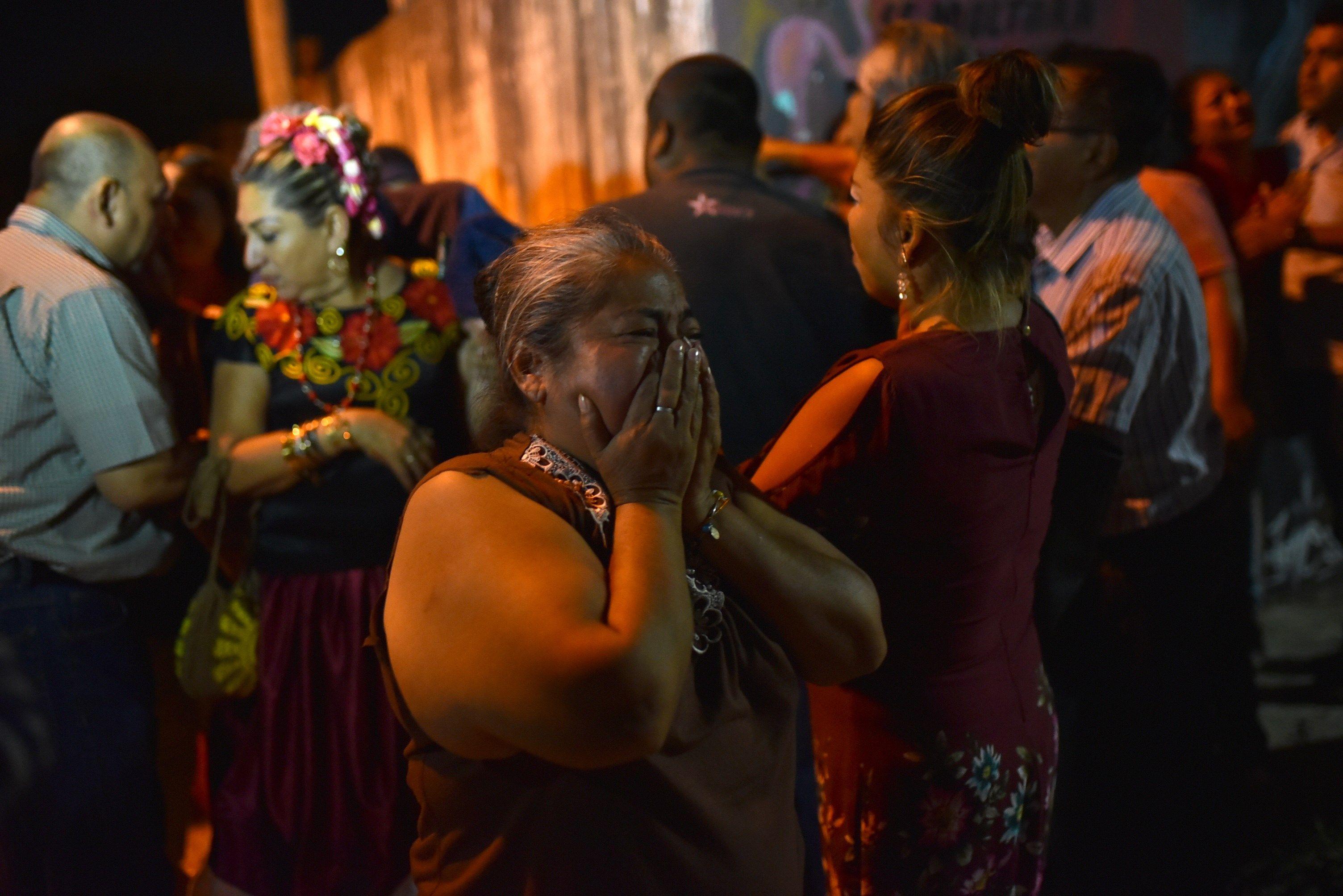 MEX33.COATZACOALCOS (MÉXICO), 19/04/2019.- Familiares de las víctimas observan, desde el cordón policial, hacia el sitio donde un grupo armado ingreso a una fiesta para accionar sus armas y quitar la vida a 13 personas hoy, viernes 19 de abril de 2019. Trece personas murieron tras el ataque armado perpetrado en una fiesta privada en el estado mexicano de Veracruz, informaron autoridades locales. EFE/Samuel Hernández