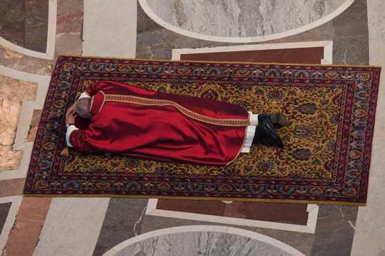 El Papa Francisco yace en el suelo para orar durante la Celebración de la Pasión del Señor el Viernes Santo en la Basílica de San Pedro en el Vaticano. Foto Prensa Libre: AFP