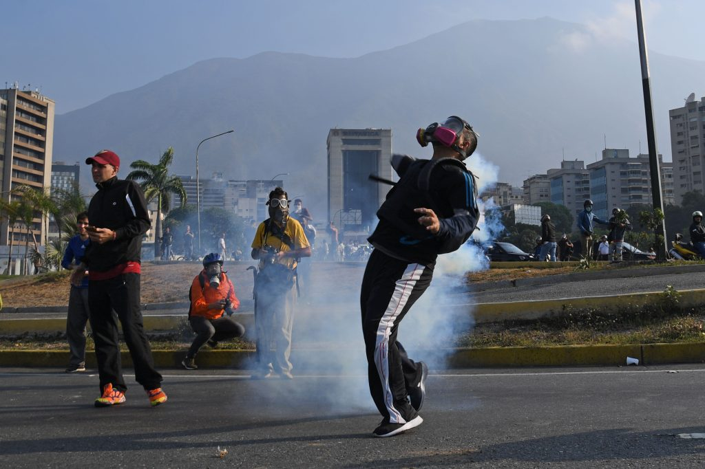 Desde tempranas horas de este 30 de abril las personas salieron a enfrentarse a las fuerzas de seguridad en Venezuela. Foto Prensa Libre: AFP
