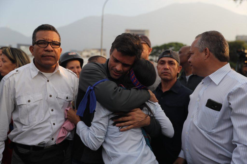 Leopoldo López tras ser liberado este martes en Caracas, donde cumplía una pena de casi 14 años de prisión, en régimen de arresto domiciliario. Foto Prensa Libre: EFE