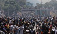 Simpatizantes del presidente de la Asamblea Nacional, Juan Guaidó, se enfrentan a las fuerzas oficialistas de las Fuerzas Armadas Bolivarianas. (Foto Prensa Libre: EFE)