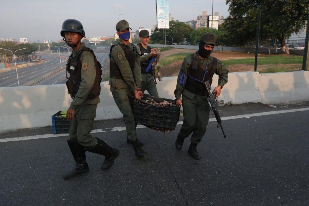 Militares y miembros de la Guardia Nacional se reúnen en la base de La Carlota, después de liberar a Leopoldo López. Foto Prensa Libre: EFE