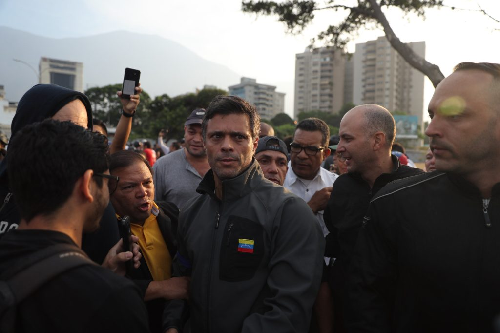 La imagen muestra al liberado opositor venezolano Leopoldo López. Foto Prensa Libre: EFE