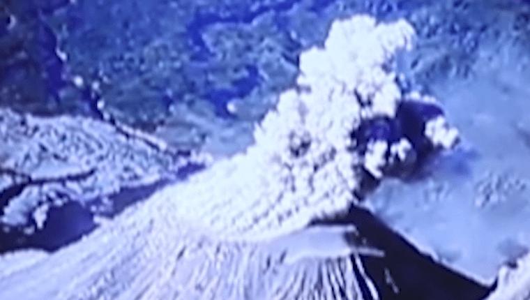 De acuerdo con la Conred el volcán Santiaguito se mantiene en constante actividad. (Foto Prensa Libre: Cortesía Conred)