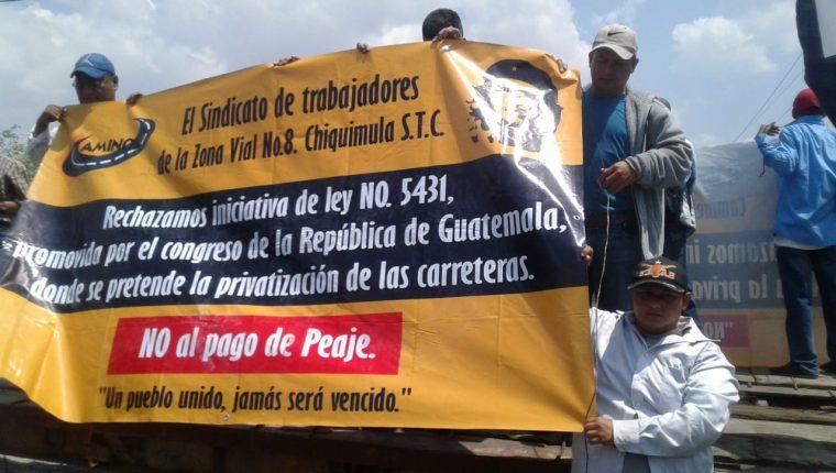 Grupos de sindicalistas bloquearon el paso por distintas carreteras.(Foto Prensa Libre: cortesía)