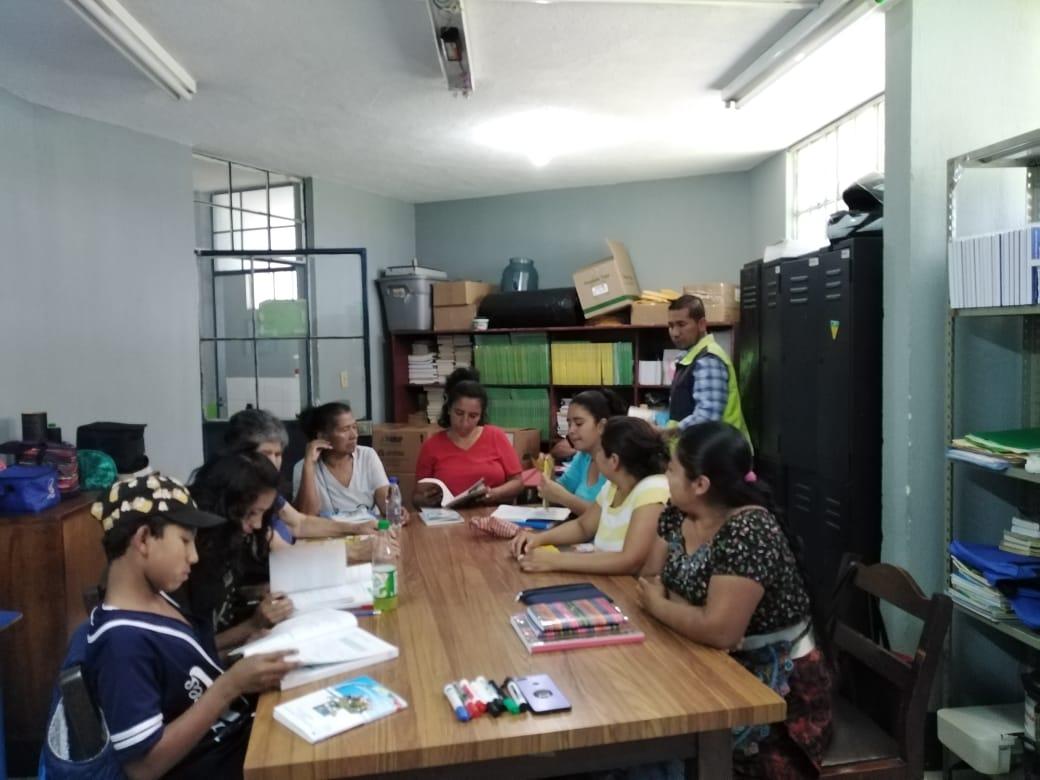 Un grupo de personas se inscribe y recibe material didáctico para participar en el programa de alfabetización en la zona 5. (Foto Prensa Libre: Cortesía).