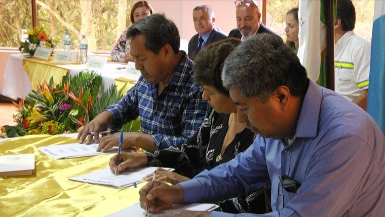 Autoridades firman la carta de entendimiento entre comunas y Cementos Progreso. (Foto Prensa Libre: Eslly Melgarejo).