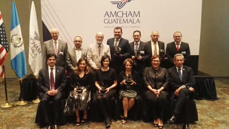 Representantes de las empresas Ambev, Cemaco, Universidad del Valle de Guatemala, Cargill, Hotel Spa Casa Santo Domingo que fueron galardonados por Amcham Guatemala. (Foto Prensa Libre: Norvin Mendoza)