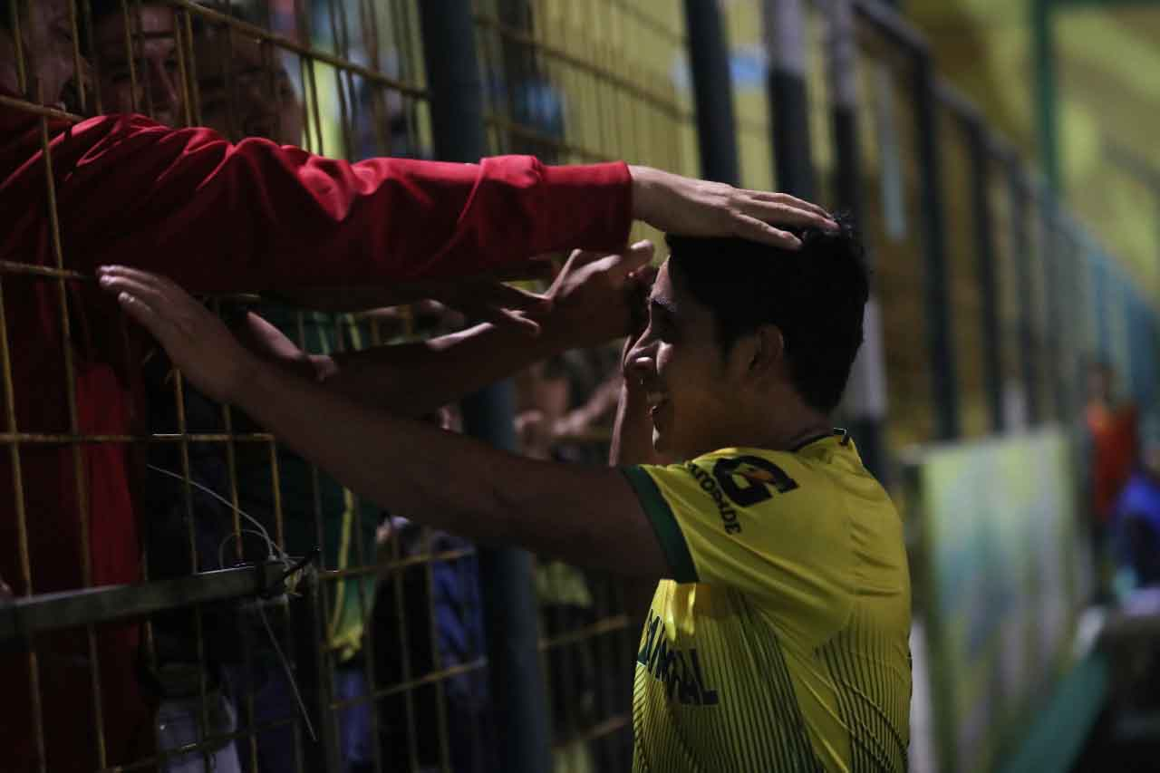 Steve Montenegro celebra después de anotar el gol del empate parcial de Deportivo Petapa. (Foto Prensa Libre: Edwin Fajardo)